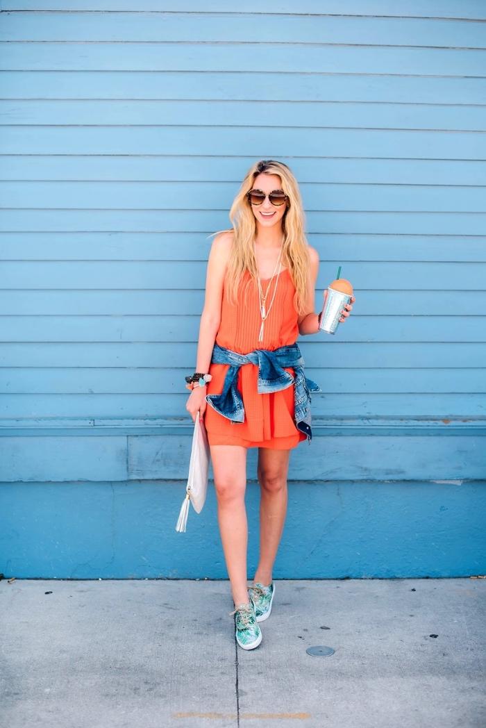 comment porter la chemise nouée avec une robe et baskets, idée coloration cheveux éclaircis de base marron foncé