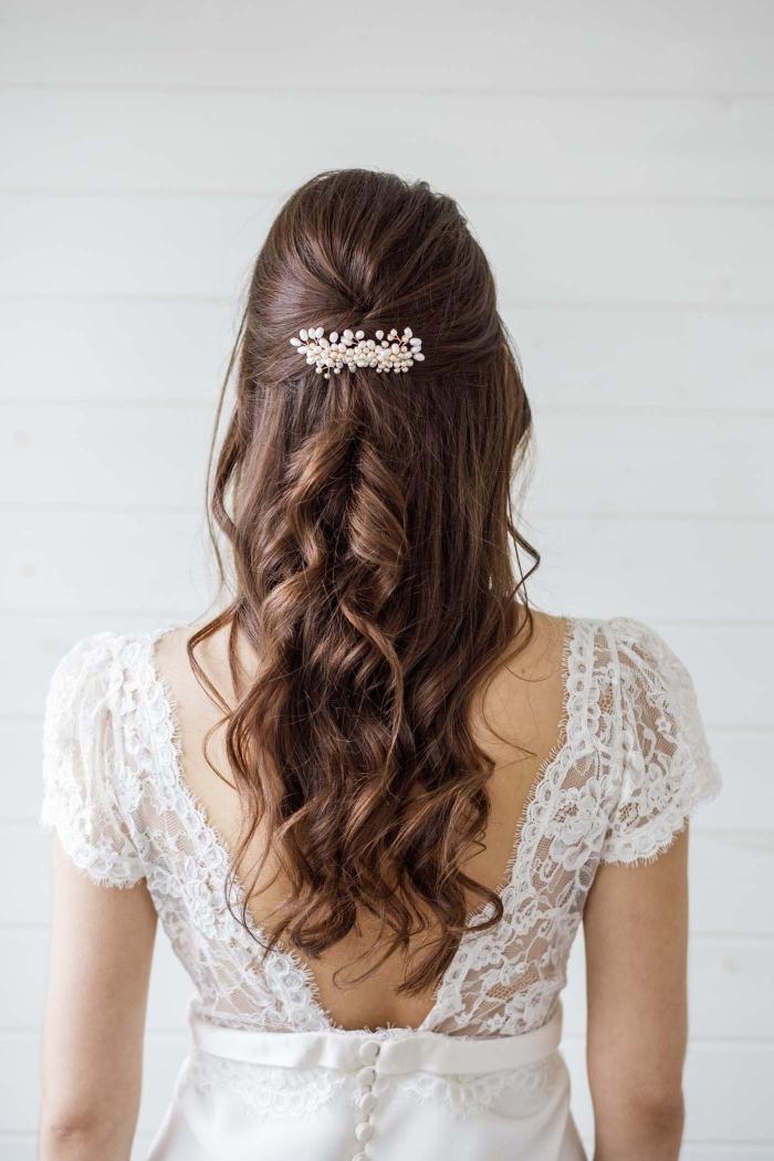 exemple de coiffure rapide cheveux long, comment porter ses cheveux longs mi-attachés avec boucles et branche fleurie en or