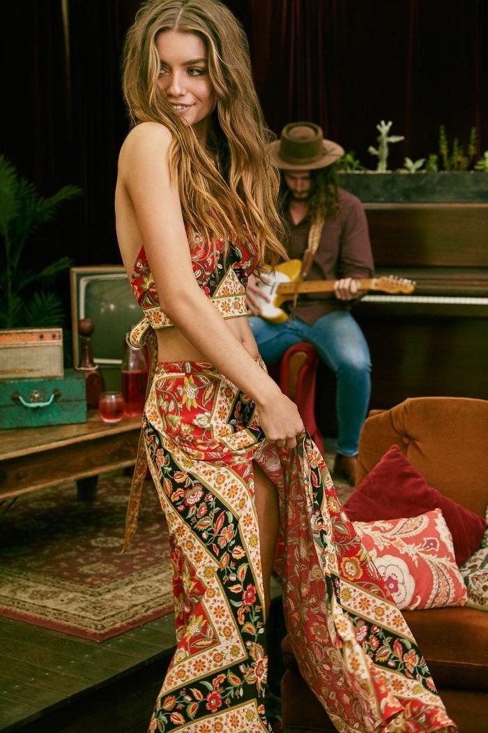 Femme charmante, cheveux longs ondulées, coiffure bohème, robe deux pièces gipsy style, comment s'habiller pour la page, robe hippie chic, homme avec guitare