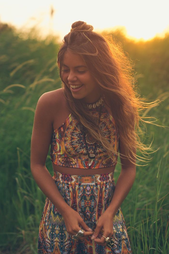 Cheveux longs et demi bun, fille souriante photo au coucher de soleil, robe longue ete, robe de plage bohème chic, robe ethnique