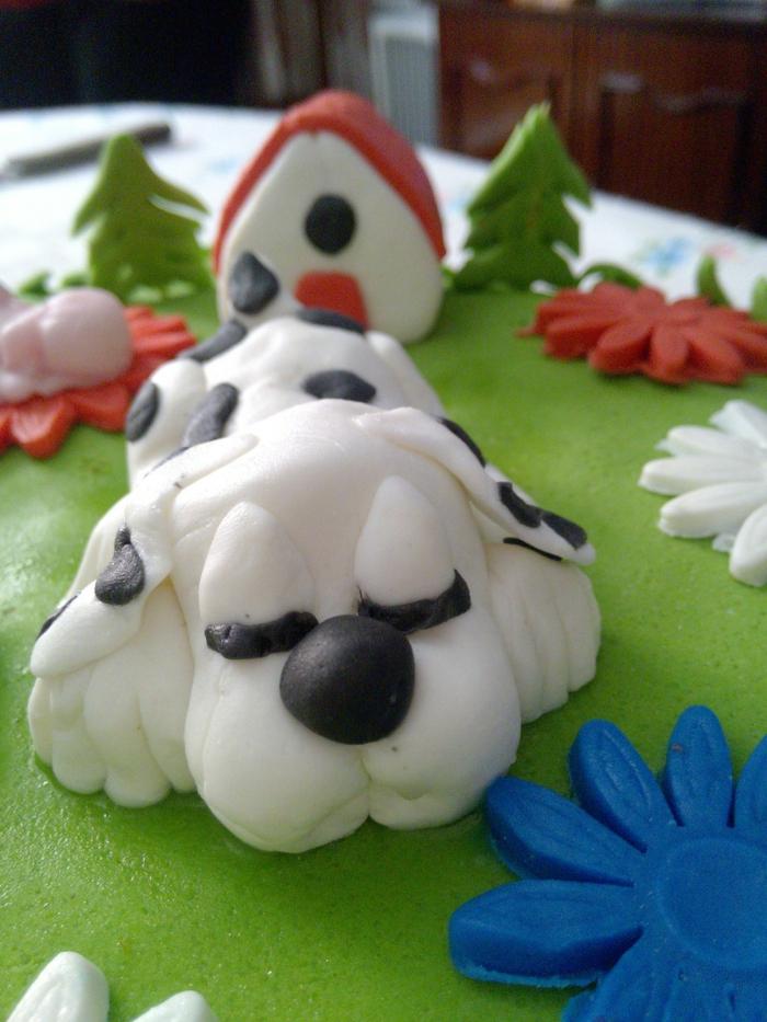 déco gateau originale, gateau chien, chien blanc endormi dans la forêt, maisonette, sapins