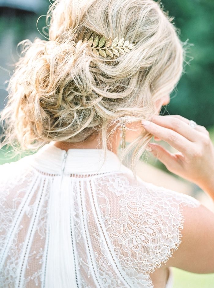 coiffure simple et rapide aux cheveux longs, exemple de chignon mariee flou avec boucles et serre-tête branche fleurie