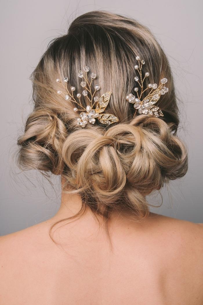 coiffure mariage chignon, modèle chignon de mariage flou avec boucles et accessoire branche fleurie or et diamants