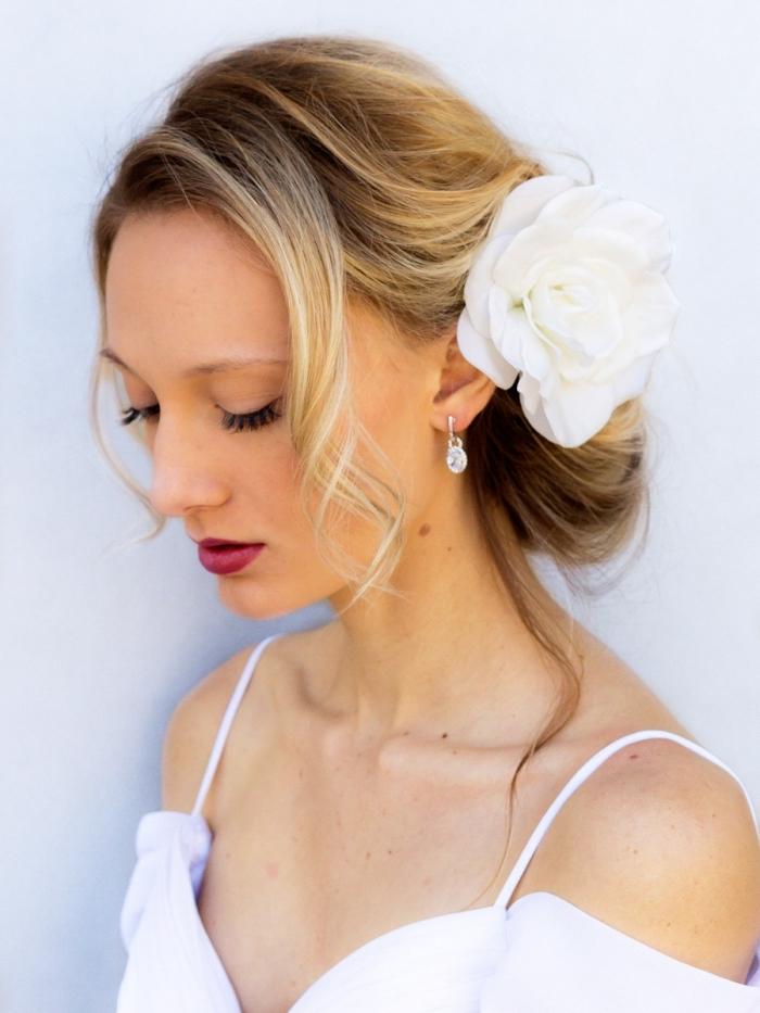 coiffure simple pour mariage, comment porter ses cheveux attachés mariée, idée chignon bas flou avec fleur