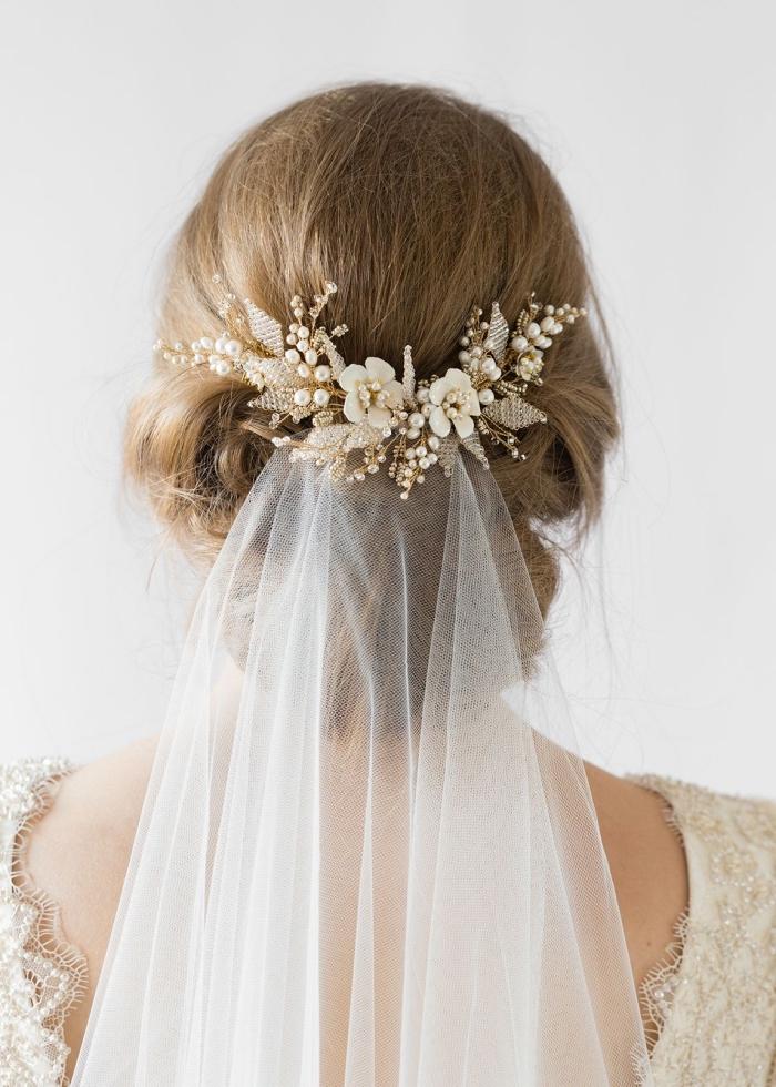 quelle coiffure cheveux attachés pour mariée, modèle coiffure avec voile et accessoire branche fleuri avec chignon bas