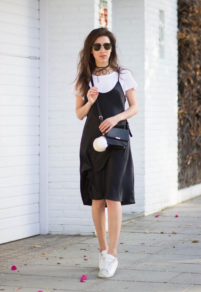 comment porter un t-shirt sous robe mi longue noire, idée robe avec baskets, modèle lunettes femme en noir