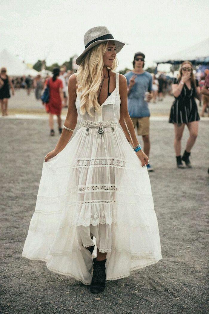 Coachella robe hippie chic dentelle, robe longue bohème, photographie inspiratrice de femme blonde à festival de musique