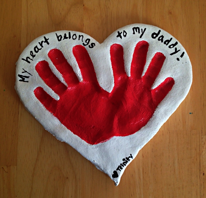 fabriquer un cœur en argile ou en pâte à sel avec des empreintes de mains à l'occasion de la fête des pères, cadeau fete des peres bebe