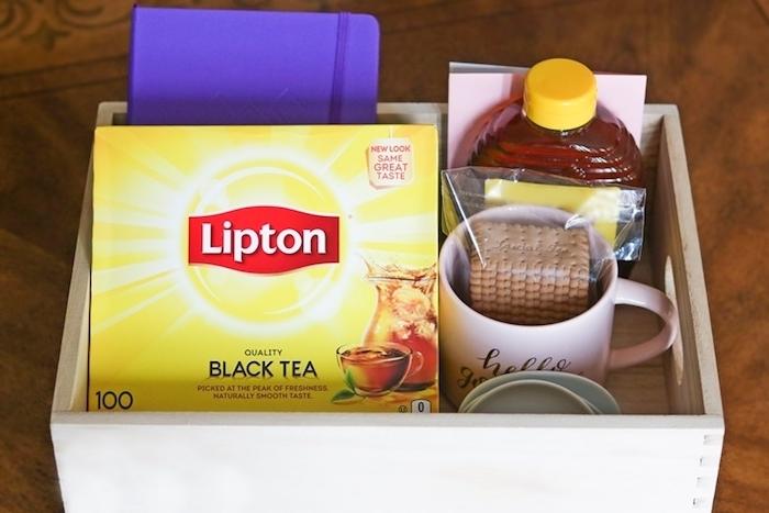 exemple de coffret cadeau maitresse avec tasse à thé, biscuits, agenda scolaire et une bouteille du miel
