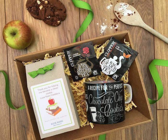 coffret cadeau avec boite à thé et sachets de thé et une tasse à thé couleur noire à écriture blanche dans une boite de bois