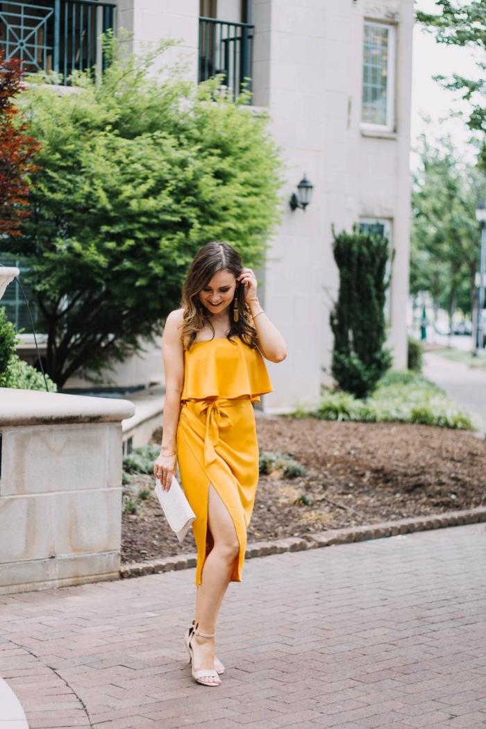exemple de robe longue de soirée couleur jaune, modèle de robe fente une épaule avec bustier volants et ceinture