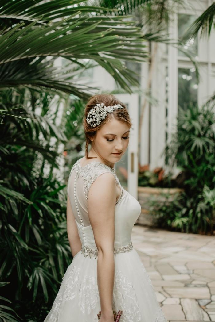 quelle coiffure simple et rapide pour mariage, modèle coiffure cheveux en chignon haut avec accessoire branche fleuri