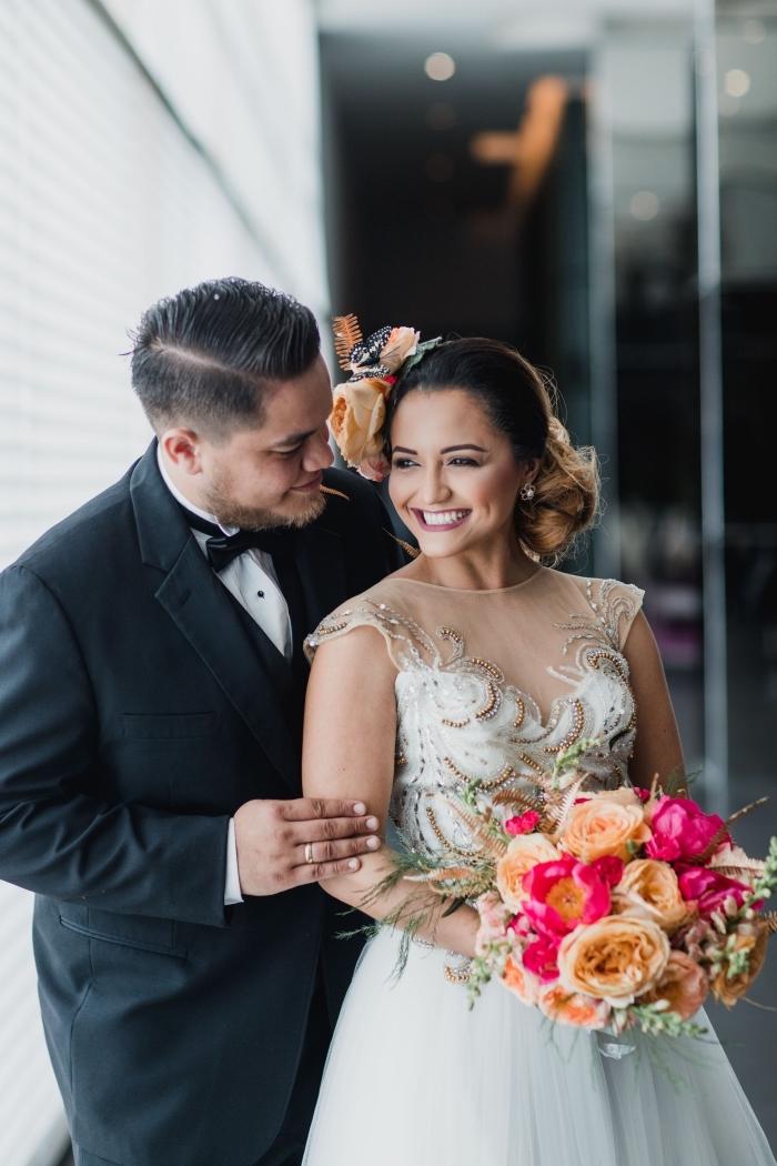 chignon de mariage bouclé sur le côté avec accessoire fleuri, idée coiffure pour robe avec décolleté transparent