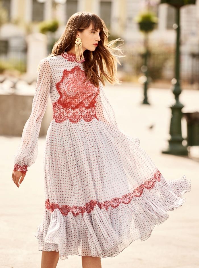 modèle de robe longue été à design dentelle rouge et polka dots, coiffure cheveux lâchés avec frange, accessoires boucles d'oreilles pendentifs
