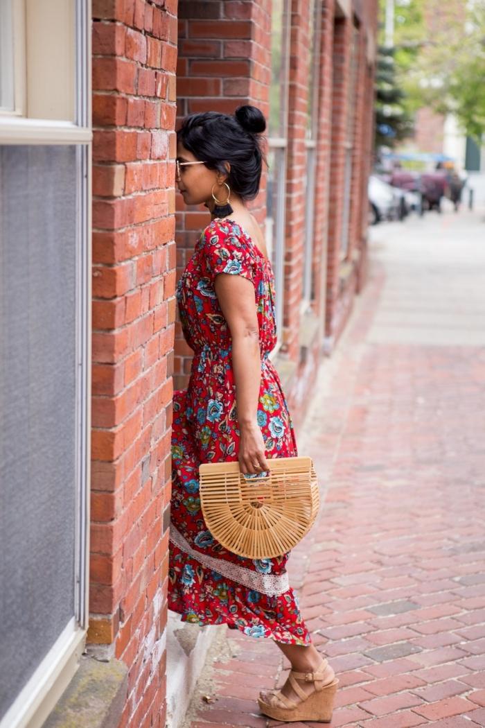 quelle couleur vêtement été femme 2019, modèle de robe bohème couleur rouge aux motifs floraux avec sandales plateformes