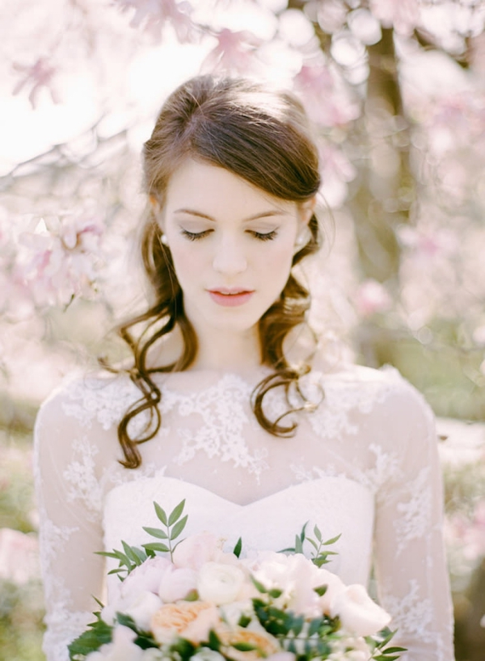 modèle de robe mariée avec bustier et manches transparentes, exemple de coiffure simple a faire pour cheveux longs mi-attachés