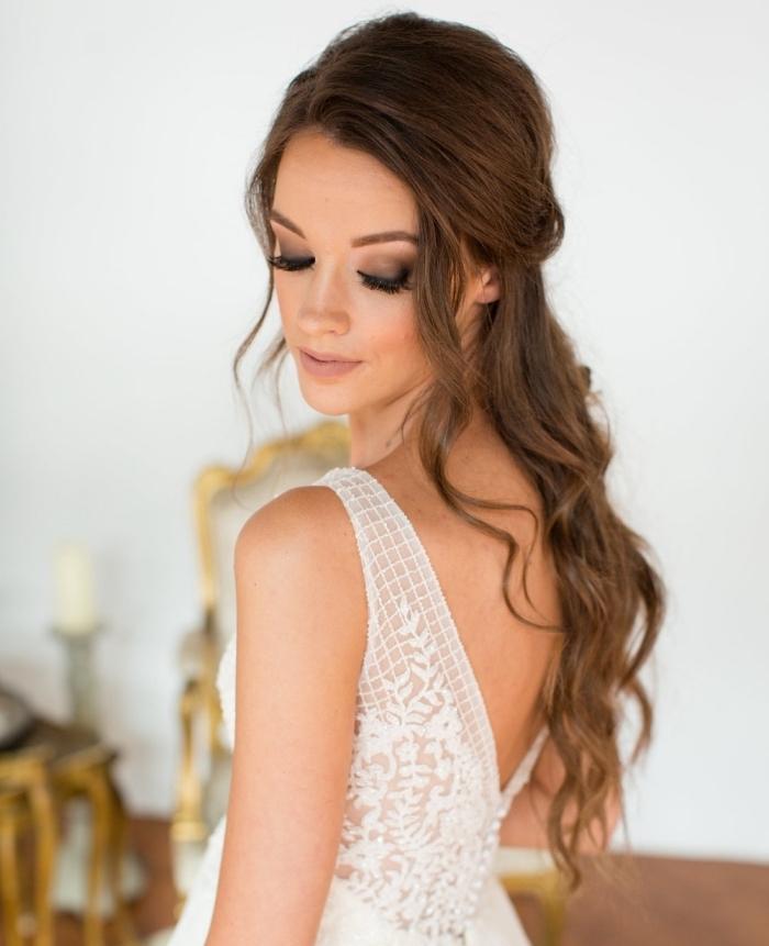 coiffure rapide cheveux long, modèle de coiffure pour cheveux longs mi-attachés avec boucles et mèches tombantes