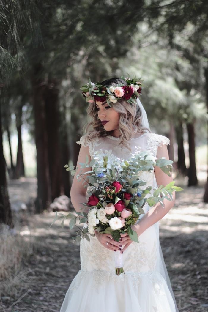 quelle coiffure pour mariage bohème, exemple de coiffure mariage cheveux lâchés avec boucles et diadème florale