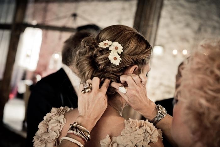 quel accessoire pour coiffure mariage romantique, idée chignon mariage bas et flou avec boucles et mèches torsadées