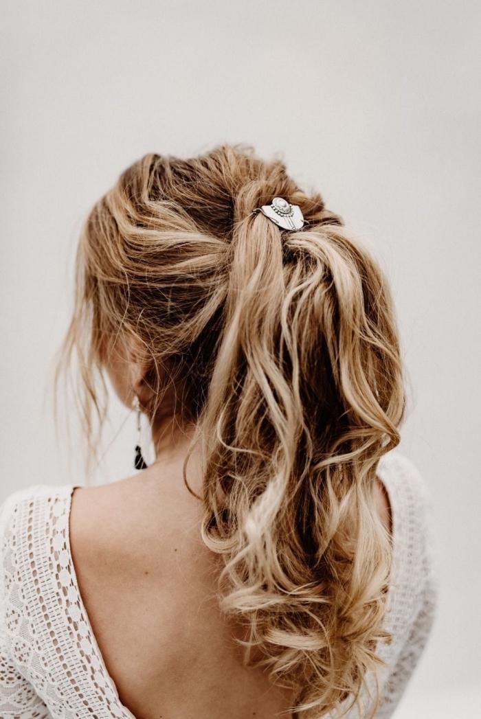 coiffure cheveux attachés, idée comment porter ses cheveux pour mariage bohème chic, coiffure queue de cheval avec boucles