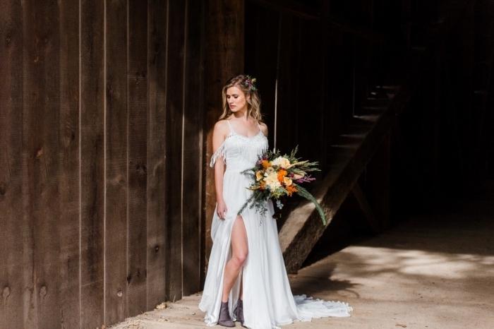 robe mariée bohème chic longue avec fente et franges, idée coiffure simple et rapide pour mariage bohème avec boucles