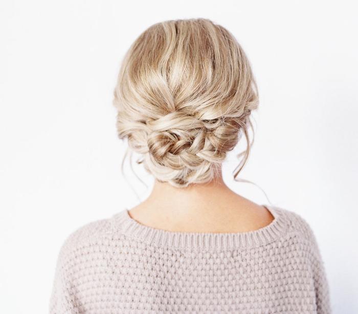 tuto coiffure cheveux long, modèle de chignon bas tressé avec mèches bouclées, comment faire un chignon bas flou
