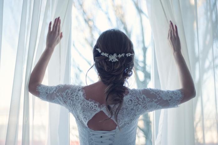 idée de coiffure simple aux cheveux attachés en tresse flou avec serre tête princesse, exemple coiffure mariage boheme coiffure tresse mariage