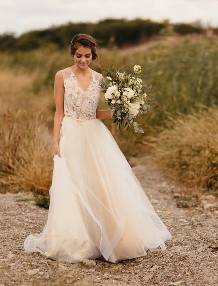 idée chignon mariee facile, modèle de chignon mariage bas et flou, exemple de robe mariée princesse avec broderie