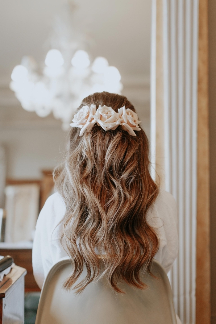 modèle de coiffure romantique pour mariage avec accessoire florale, idée coiffure cheveux lâchés avec boucles