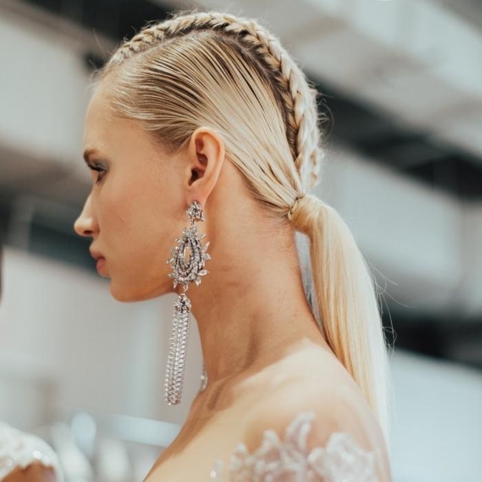 exemple de coiffure simple et élégante pour mariée, idée comment porter ses cheveux en queue de cheval mariage