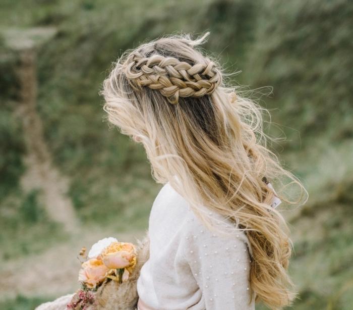 idé coiffure mariage boheme avec tresse, modèle coiffure cheveux mi-attachés avec ondulations et couronne tressée