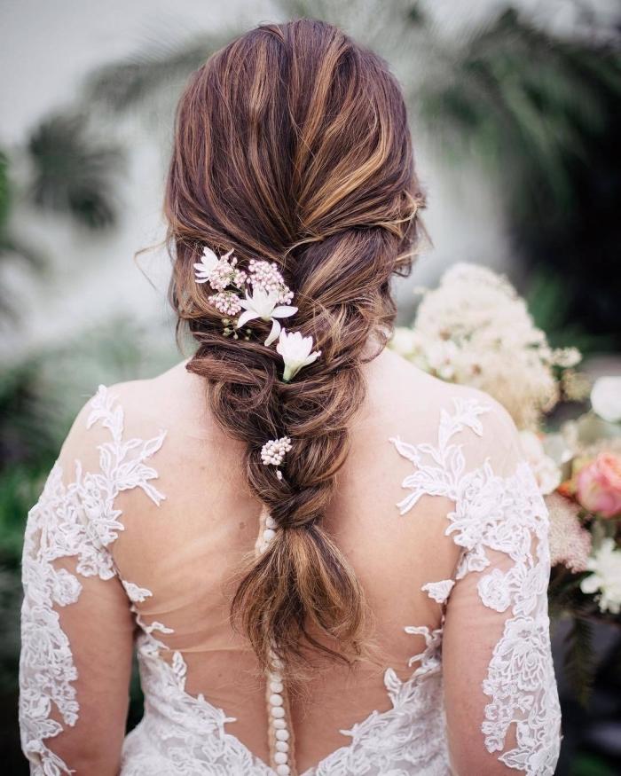 robe de mariée aux manches longues à broderie, idée coiffure mariage boheme aux cheveux en tresse avec fleurs