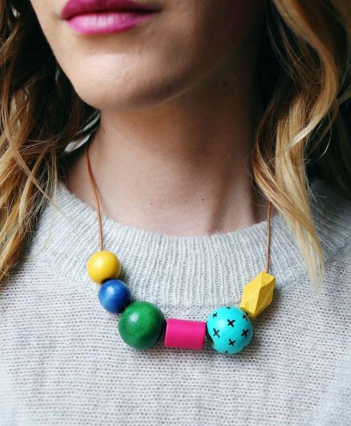 idee comment faire un collier femme à perles de bois à tailles et couleurs variées, cadeau maitresse personnalisé interessant fait main