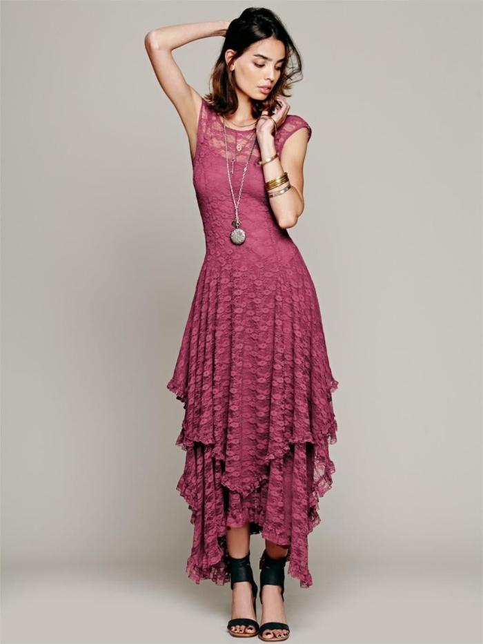 exemple robe de soirée chic de style hippie combinée avec sandales cuir noir, modèle robe avec jupe à volants