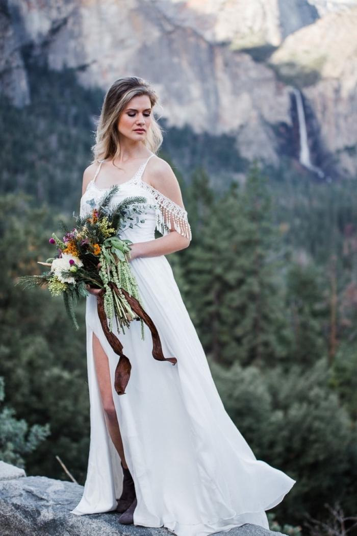 robe bohème chic avec fente et franges pour mariage, comment porter ses cheveux longs lâchés pour une mariée