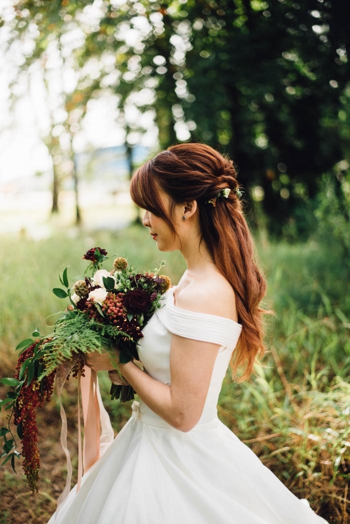 idée coiffure cheveux attachés en couronne avec fleurs, idée coiffure pour coupe avec frange aux cheveux mi-attachés