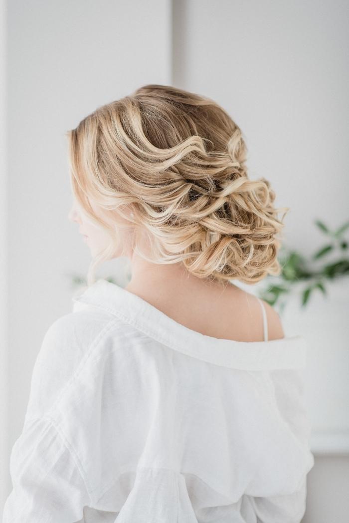 exemple de coiffure romantique aux cheveux attachés en chignon flou bouclé, idée coiffure chignon mariage