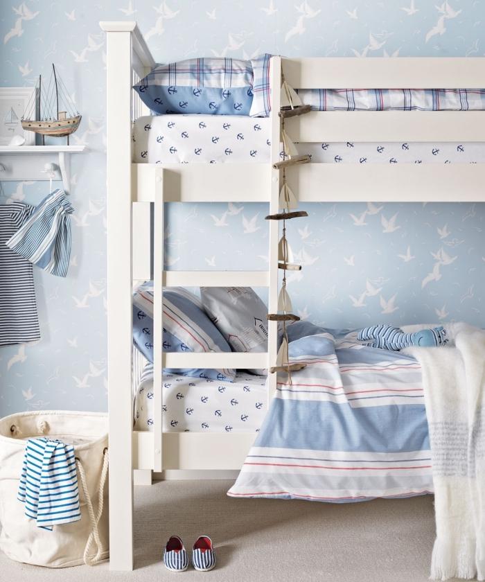 réaliser une decoration bord de mer pas cher dans la chambre d'enfant, modèle de papier peint bleu pastel à motifs oiseaux