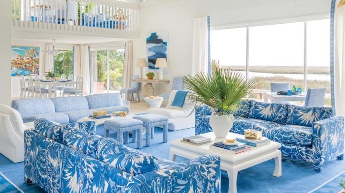 quelles couleurs associer dans une maison bord de mer, modèle de salon blanc avec meubles et accessoires de nuances de bleu