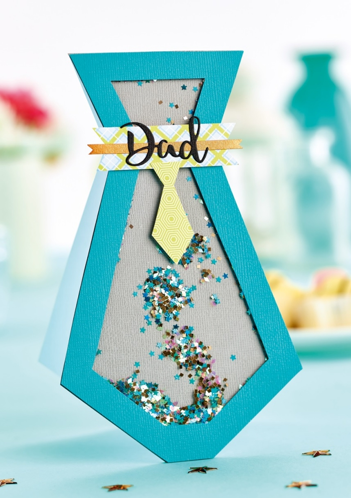 réaliser une carte originale pour papa, modèle de carte en papier bleu en forme de cravate avec paillette, carte de fete DIY