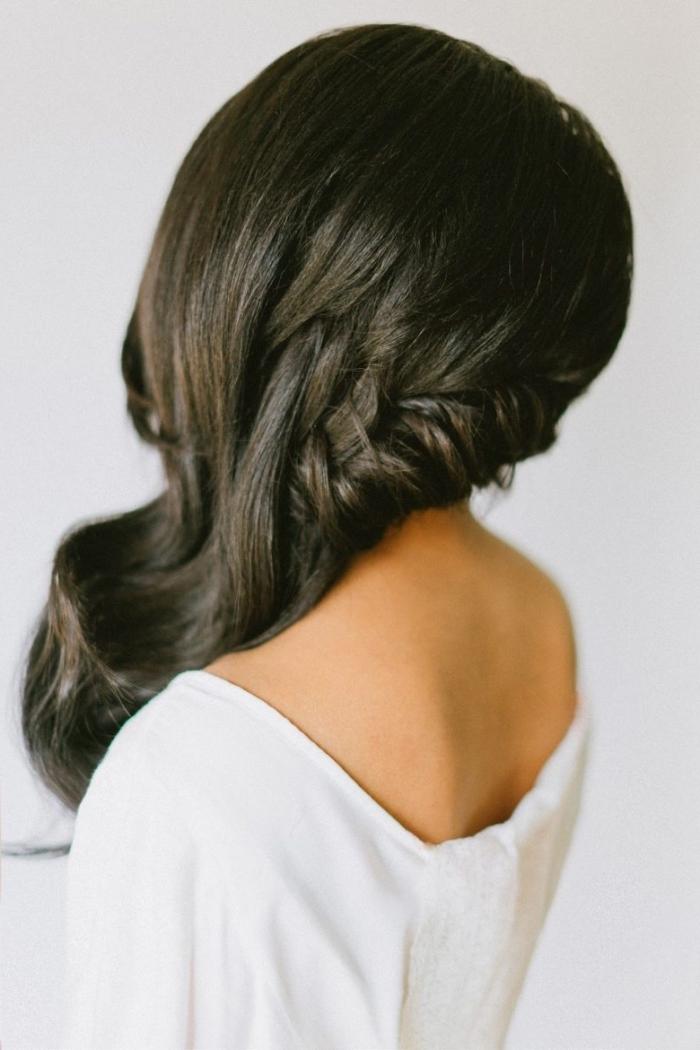 idée de coiffure aux cheveux lâches de côté avec tresse et ondulations, exemple de coiffure facile a faire pour mariage