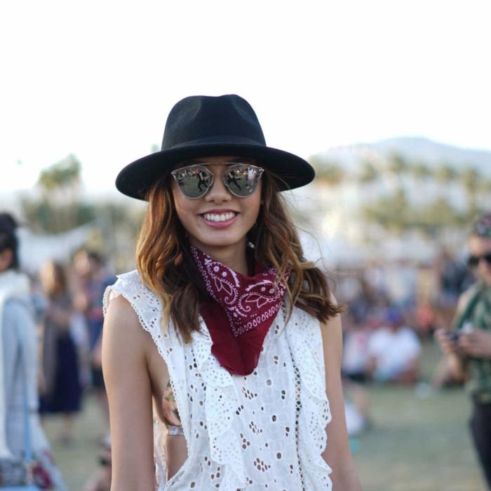 chapeau périphérie, lunettes, foulard rouge, top dentelle blanche, tenue boheme chic