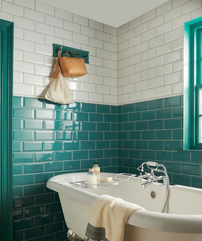 jolie salle de bain en deux couleurs, baignoire vintage mitigeur chromé, carreaux métro blancs et turquoises