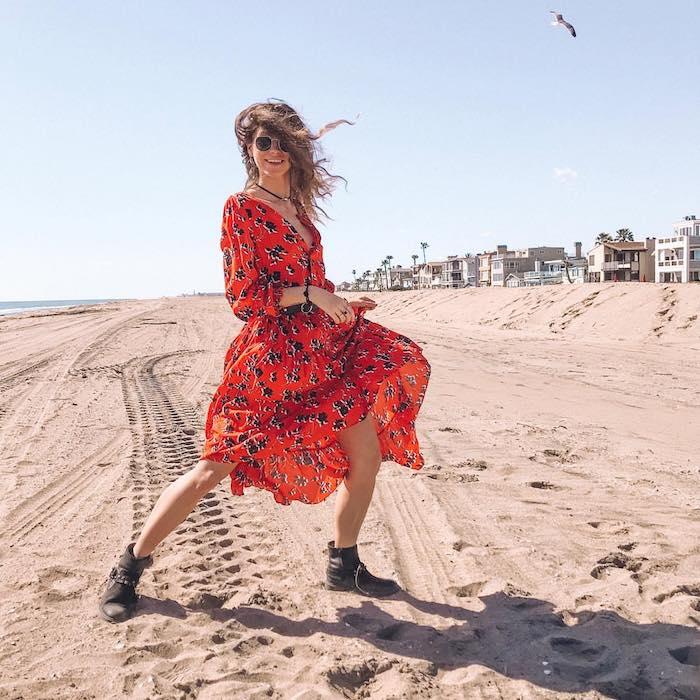 Rouge robe longue à manches longues à Long Beach, robe fleurie avec bottines, tenue de plage, femme lunettes de soleil tendance,