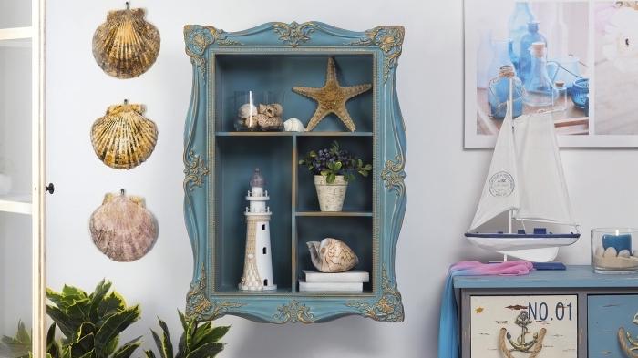 meuble de rangement de style marine en bois couleur bleu foncé et finition dorée, objets de deco marine coquillage