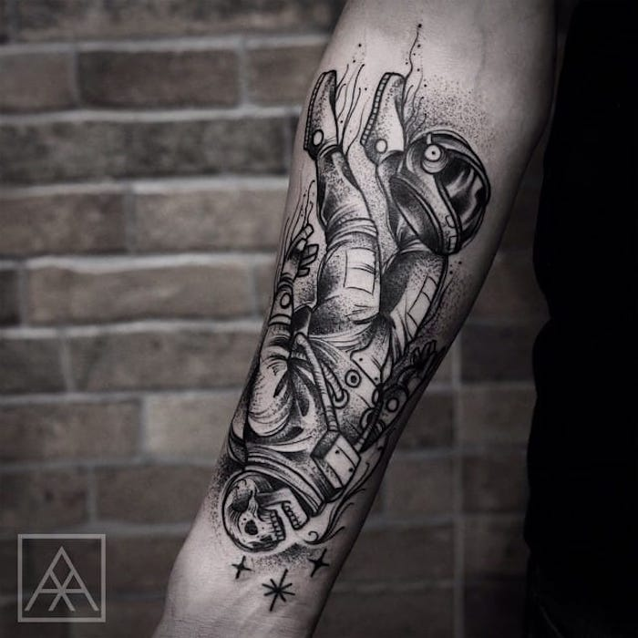 squelette astronaut tatoué sur le bras d un homme, modele tatpp à valeur symbolique originale
