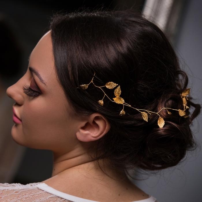 chignon cheveux long, exemple de coiffure rapide cheveux long attachés avec branche fleurie, maquillage mariée faux cils