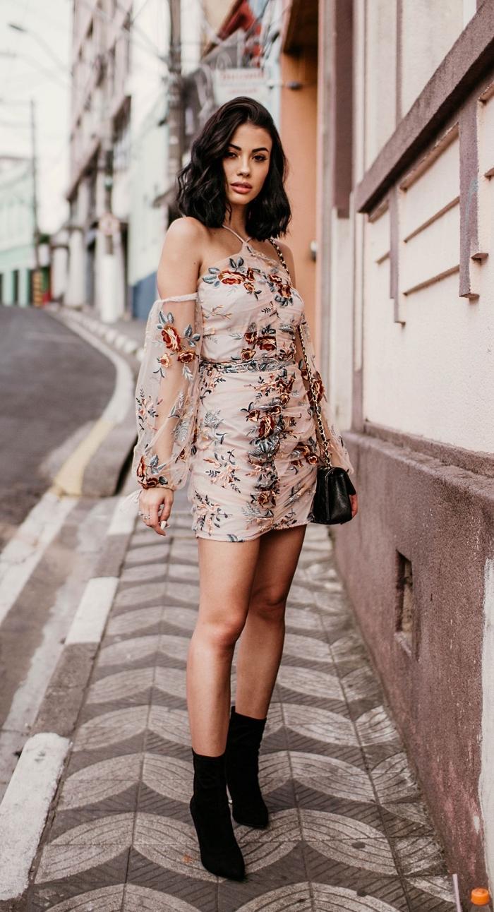 exemple comment porter une robe de cocktail pour mariage chic avec bottines noires et sac à main simili cuir chaîne