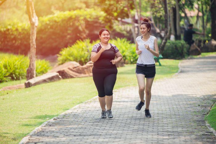 courir dans le parc, deux filles qui courent, idées d activitées sportives