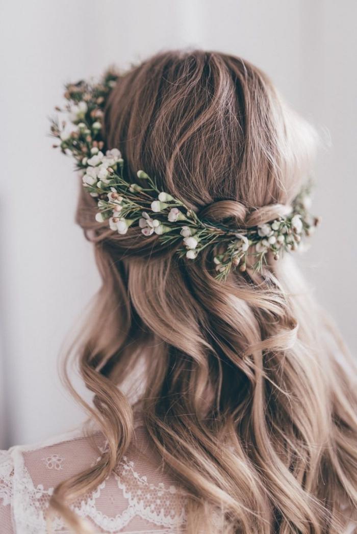 quelle coiffure mariée bohème chic, exemple de coiffure cheveux longs lâchés avec diadème florale et boucles